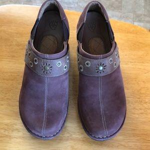 Ariat brown/rust suede clogs in EUC size 9.5B